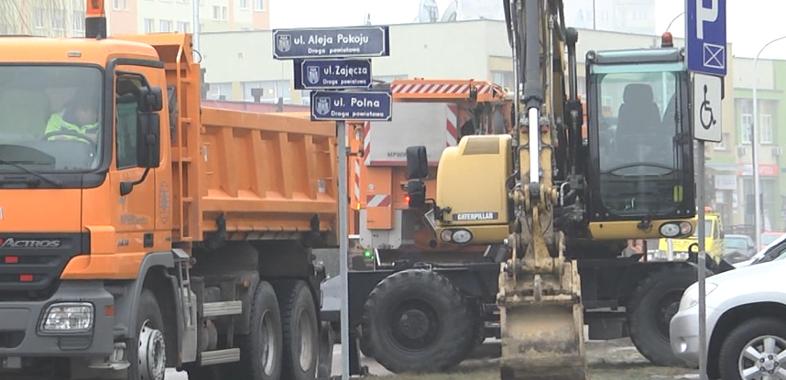 Awaria wodociągu przy skrzyżowaniu Alei Pokoju, ulicy Polnej i Zajęczej