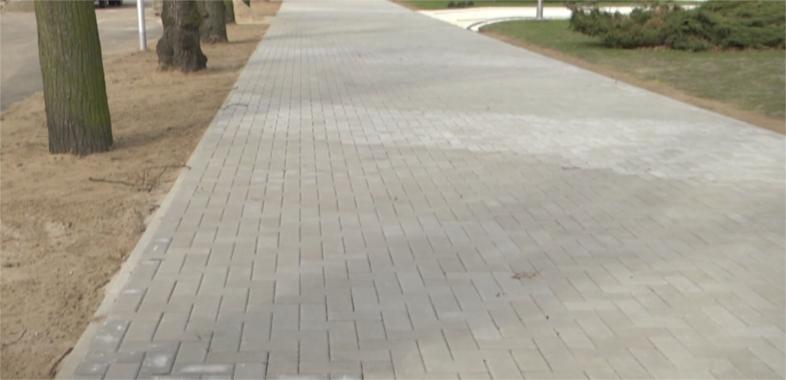Nowy chodnik przy placu Piłsudskiego już ukończony