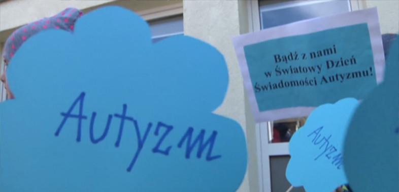Niebieski Happening dzieci z autyzmem