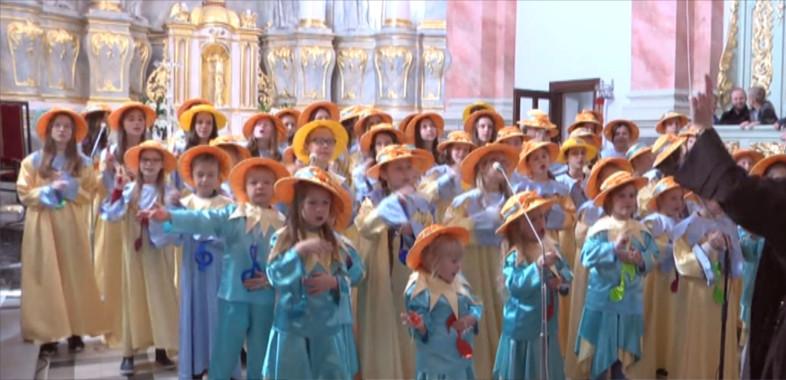"Koncert scholi ""Jezusowe Promyki i Promyczki"""