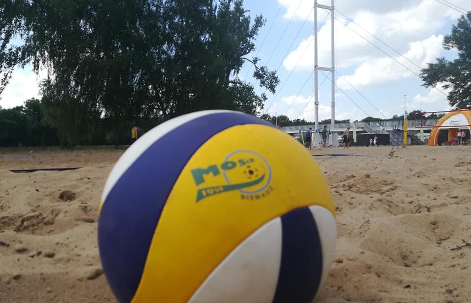 Turniej siatkówki plażowej nad rzeką Wartą