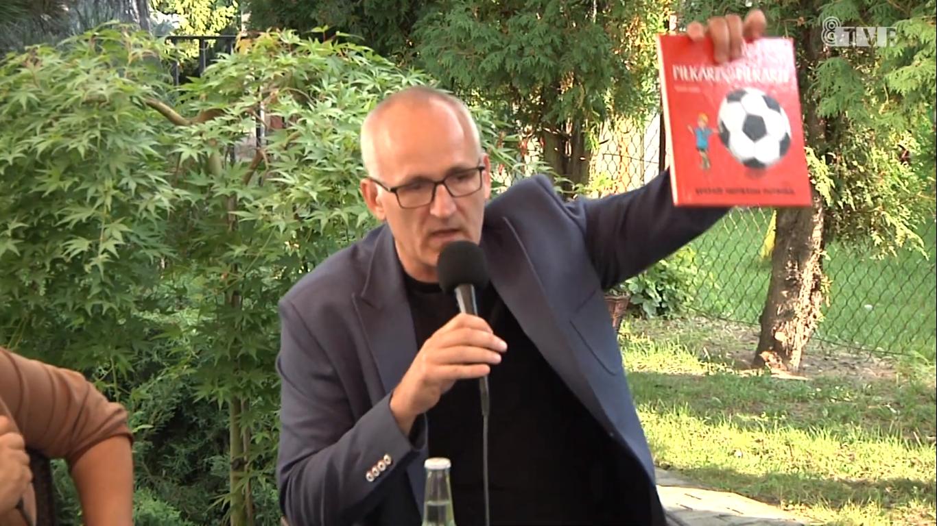 Marek Lorenc gościem ogrodu sieradzkiej biblioteki